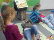 Kinder lernen die stabile Seitenlage