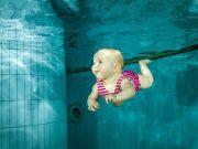 Baby schwimmt