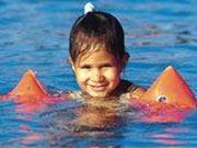 Kind mit Schwimmflügeln im Bellamar in Schwetzingen