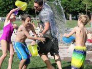 Familie spielt mit Wasser