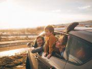 Familie schaut aus dem Autofenster