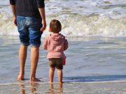 Vater und Kind am Wasser