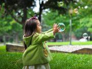 Kinder fotografieren: Mädchen mit Seifenblase