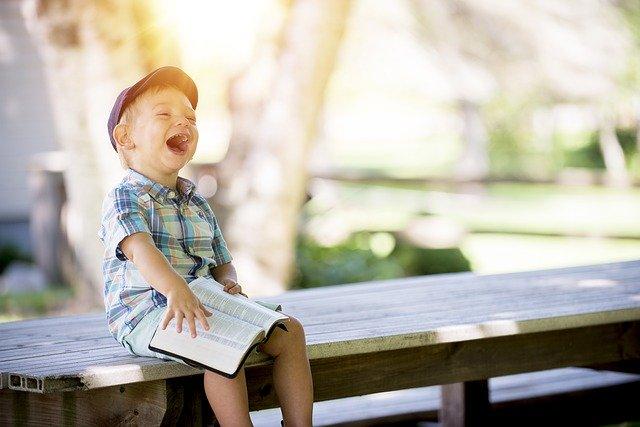 Kinder natürlich fotografieren: Junge auf Bank