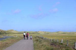 Familie mit dem Fahrrad auf der Nordseeinsel Sylt