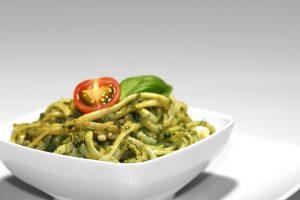 Gesunde Fette: Rezept für Spathetti mit Oliven-Pesto
